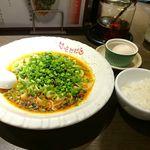 81448714 - 汁無し担担麵、名古屋コーチンの温泉卵トッピング、無料ライス