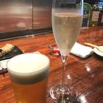 81448725 - ◉プレミアムモルツ 税別600円 ◉泡のグラスワイン白 税別800円 。左端に毎度画像を取り損ねたエリンギが映っています