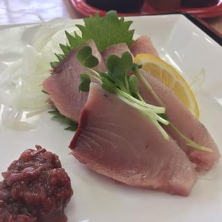 市場食堂 - 料理写真:伊予の媛貴海(ひめたかみ)のお刺身。見た感じも脂がたっぷりとのっていそう。血あいのユッケもめちゃ美味しい。
