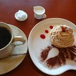 81454617 - コーヒーとモンブラン