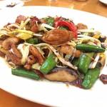 81460680 - 黄ニラ、スナップエンドウと鶏肉のピリ辛モロミ炒め
