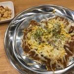 プネウマカレー - チキンカレー+チーズ、ひよこ豆のピクルス