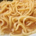 とさの家 - 麺は酒井製麺の緩くウエーブ掛かった平打ち中太麺