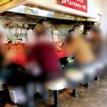 麺屋 あっ晴れ - 店内 男性スタッフ3人で切り盛りされてました 接客対応も大変良く 次回も来たいと思う 感じの良い接客対応でした!