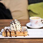 hapje - プレーンワッフル、チョコレートソースとホイップ