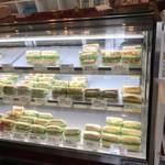 81483910 - サンドウィッチは、ガラスケースに盛りだくさん