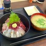志摩の海鮮丼屋 - 【~究極の地産地消~ 糸島海鮮丼】中サイズ(850円)でいただきました☆