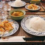 タワンタイ - まずは、イエローカレー・サラダ・ライスの提供。