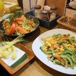 81487664 - ゴーヤチャンプルー、島らっきょうの天ぷら、海鮮サラダ 小