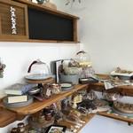 加集製菓店 - コンパクトなお店は、加集さんお一人が、お客様に満足いく接客ができる空間になっています(2018.2.25)