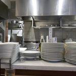ビストロ魚金 - しばし、キレイに整備された厨房を見ながら過ごしていると
