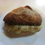 81495208 - クリームチーズ入りパン