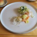 ナイン ストーリーズ - スモークサーモンのコンフィ ゴルゴンゾーラのムース リンゴとオリーブオイルのアイクリーム アンディーヴと青リンゴのサラダ添え1