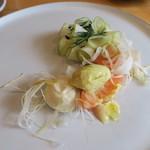 ナイン ストーリーズ - スモークサーモンのコンフィ ゴルゴンゾーラのムース リンゴとオリーブオイルのアイクリーム アンディーヴと青リンゴのサラダ添え2