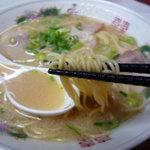 8150445 - ラーメンにしては中太麺です。