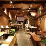 縁縁 enyen - 店内はソファでゆったりくつろぎながらアート作品が楽しめます、わんちゃんもOK!