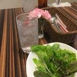 デルカフェ - お花が可愛すぎてサラダ撮れてなかった(;ω;) 色々な葉物が色々でした←