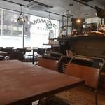 オニヤンマ コーヒー&ビア - 雰囲気素敵な店内です。