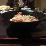 手打ちうどん 讃岐つけ麺 - 向こうでカレーつけ麺食べてる奴が映ってる 丼は平たいタイプ