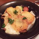 トラットリアバールイタリアーノ レガーミ - とろ〜っと焼いたイタリア産スモークカチョカバロと色々野菜のオーブン焼き