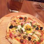 トラットリアバールイタリアーノ レガーミ - ドイツ風ベーコンとアンチョビ、オリーブ、キノコ、半熟卵のピザ
