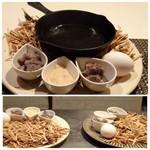 モトフサ アラキ - ◆鳥の巣をイメージしたお料理。卵・鶏のワイン煮・サーモンクリームソース添え。 ミニフライパンは温められています。