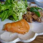 お寺カフェ 一輪 - 料理写真:鶏唐揚げ、サーモンソテー、野菜サラダ
