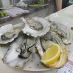 水沼さざえ店 - 半生に焼けた美味しい焼き牡蠣