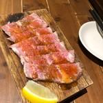 肉寿司 - ローストビーフ。牛の希少部位「ザブトン」を使用!