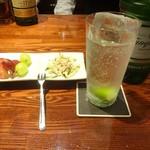 Cocktail&Wine KIYOMI - ジンリッキーとチャーム(フルーツ&サラダ)