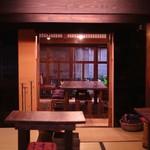 黒江ぬりもの館 - 奥の部屋には古き良き時代のものが展示されています。