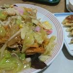 リンガーハット - 野菜たっぷり皿うどん麺増量と餃子