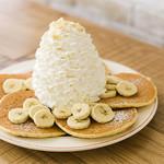 バナナ、ホイップクリームとマカダミアナッツのパンケーキ