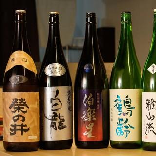 季節ごとに日本各地の厳選銘酒をご用意。自家製レモンサワーも◎