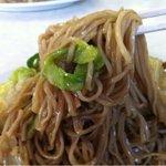 徐州楼 - 細いストレート麺、油でコーティングされてます(笑)