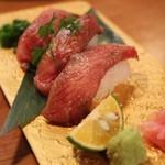 肉の寿司×焼鳥 okitaya - 大トロ和牛の炙り寿司(1カン430円)