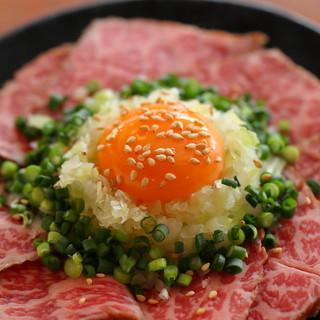 注文必至!上質な牛肉の旨味を味わえる「炙りレアステーキ」