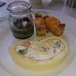 キハチ - デザート盛り合わせ ロールケーキ、みかんのタルト、ゴマプリン