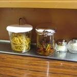 81550093 - ザーサイ、香辛料を和えたニラ、ニンニク、コショウ