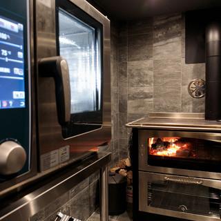 最新調理機器&伝統の薪焼きの融合で、新たな美味の宇宙を紡ぐ