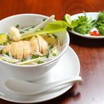 WAHINE - ハーブと蒸し鶏のスープヌードル