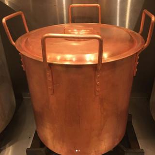 特注銅の寸胴鍋で蒸しあげる丸鶏の肉質