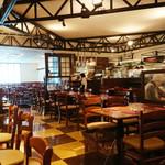 マーケットレストラン AGIO - 店内広々でキレイ。テーブル間のスペースも広く、プライバシーが保てる間取り。