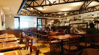 マーケットレストラン AGIO ルミネ横浜店 - 店内広々でキレイ。テーブル間のスペースも広く、プライバシーが保てる間取り。