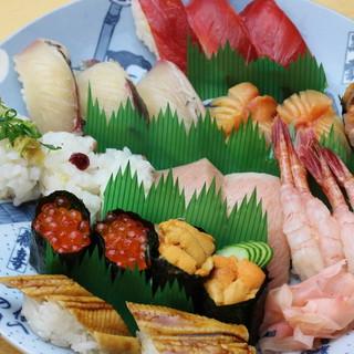 一皿3貫の寿司は150円~◎昔から続く大阪の大衆寿司を堪能