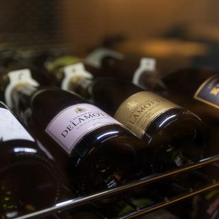 常時200本以上のワインの中からお好みの一本を。
