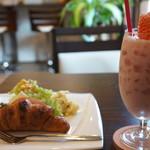 カフェ ピット - 料理写真:生苺ジュースとクロワッサンサンドのモーニング(2018.2.26)