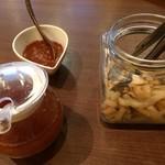 テッパン ル オムス - ステーキにかけるソース二種と漬物