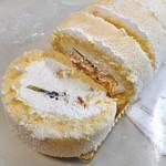 菓子工房 くるみ - 生ロールケーキ(ザツに切っちゃいましたね)
