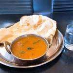 インド・ネパール料理 スラージ - ナンの大きさは、こんな感じ。薄くてパリッとしたタイプ。